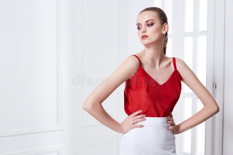 Stående av den sexiga attraktiva för glamourmode för ung kvinna modellen po arkivfoto