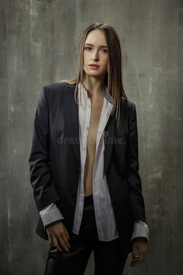 Stående av den sexiga flickan i klassiskt omslag och skjortan som igen står royaltyfri foto