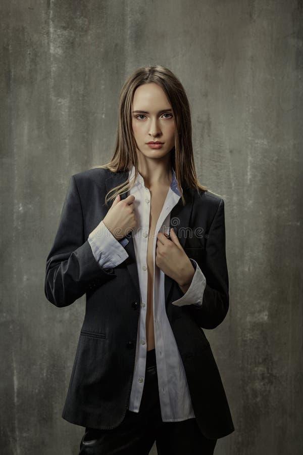 Stående av den sexiga flickan i klassiskt omslag och skjortan som igen står fotografering för bildbyråer