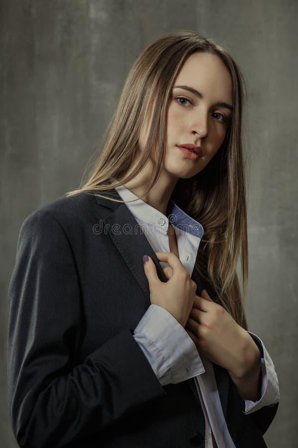 Stående av den sexiga flickan i klassiskt omslag och skjortan som igen står royaltyfria foton