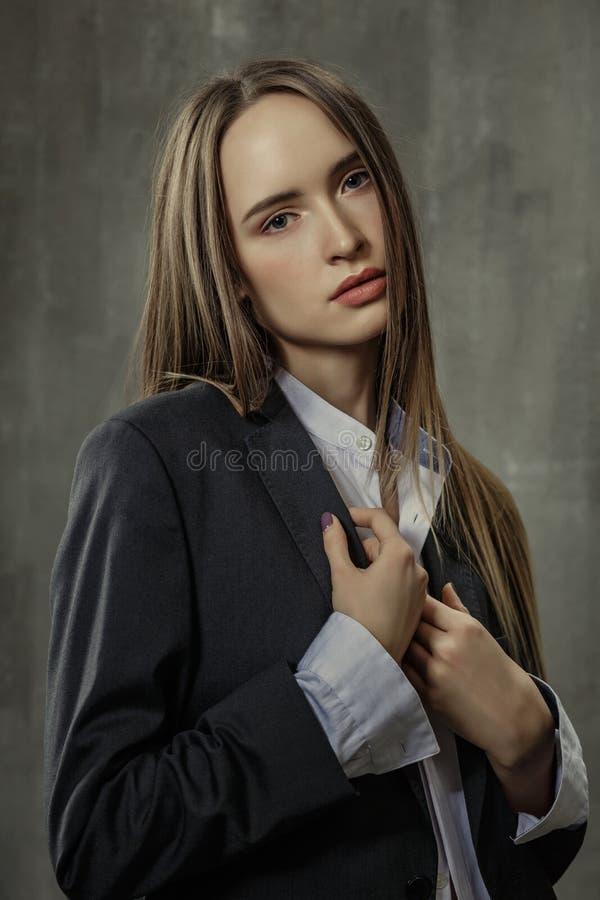 Stående av den sexiga flickan i klassiskt omslag och skjortan som igen står arkivfoton