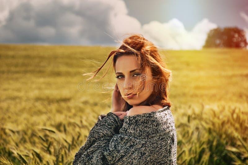 Stående av den sinnliga unga röda hårkvinnan på hisnande sikt av fotografering för bildbyråer