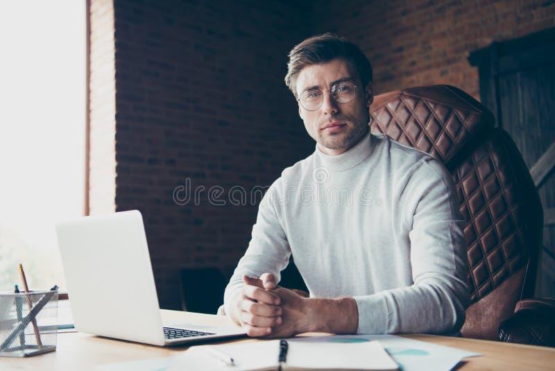 Stående av den självständiga freelanceren för trevlig attraktiv avlägsen assistentkonsulent för innehåll det geeke-kommers som tj royaltyfria foton