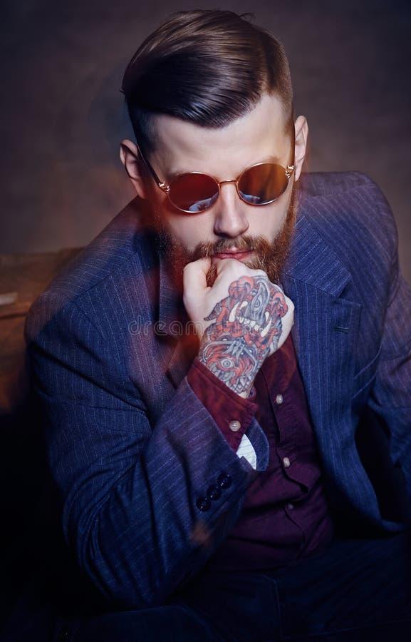 Stående av den skäggiga mannen i solglasögon royaltyfri fotografi