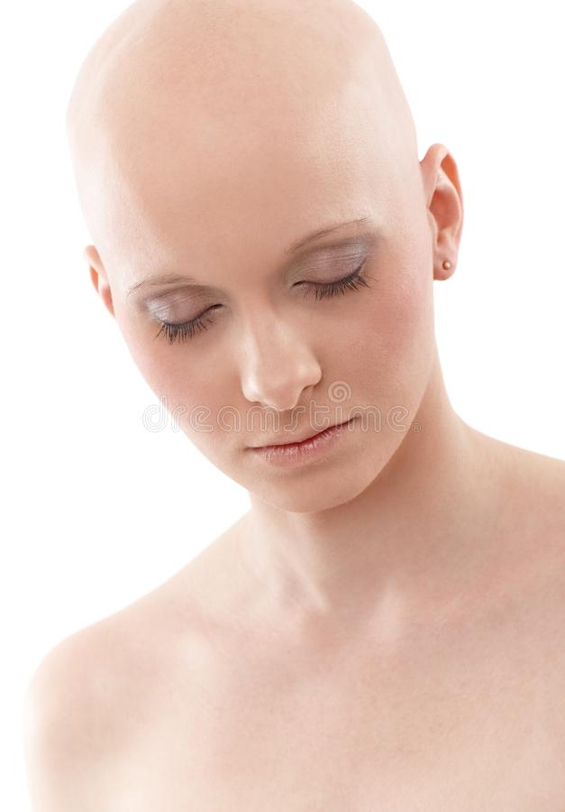 Stående av den skalliga kvinnan - bröstcancer Awereness royaltyfria foton