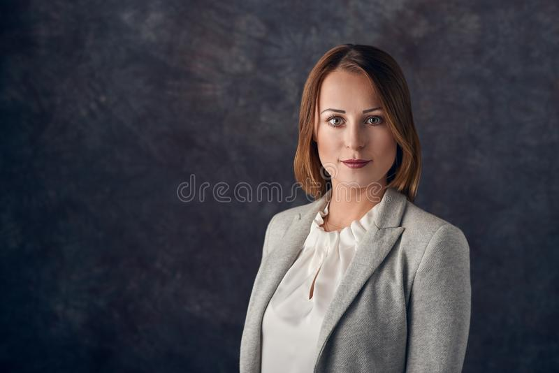 Stående av den smarta eleganta kvinnan royaltyfria bilder