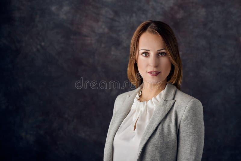 Stående av den smarta eleganta kvinnan arkivfoto