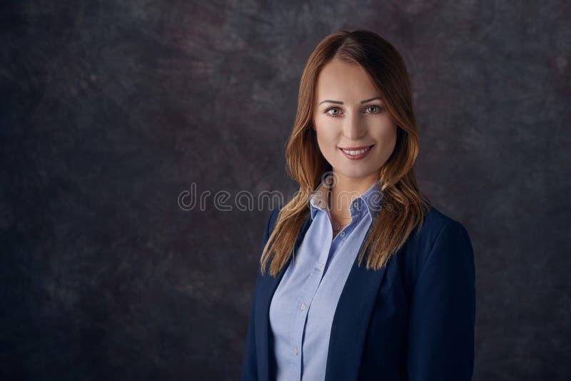 Stående av den smarta eleganta kvinnan royaltyfri foto