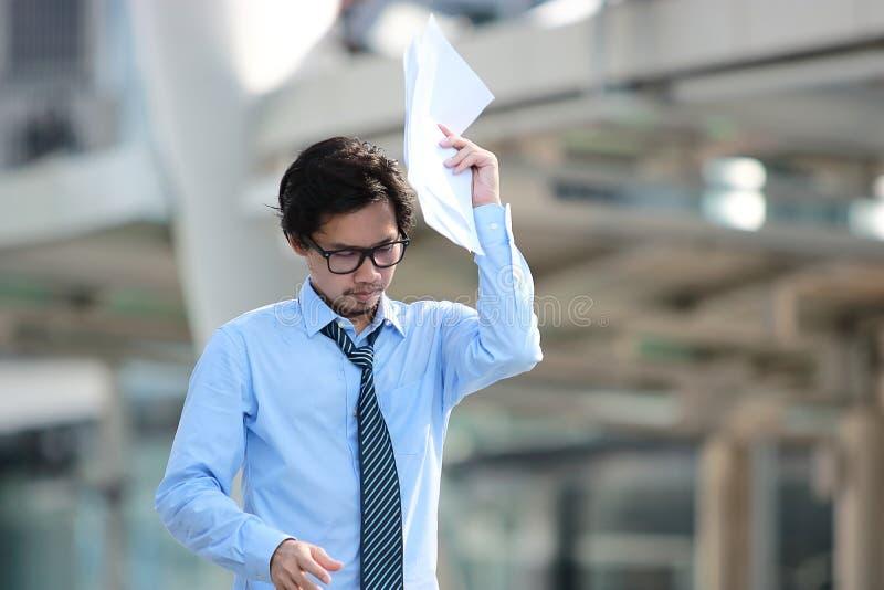Stående av den smarta unga asiatiska affärsmannen med formell kläder som går på gatan i stadsbakgrund arkivbilder