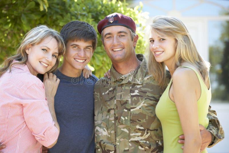 Stående av den soldatReturning Home WithTeenage familjen royaltyfria bilder