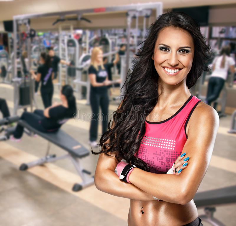 Stående av den sportiga kvinnan i idrottshall royaltyfri fotografi