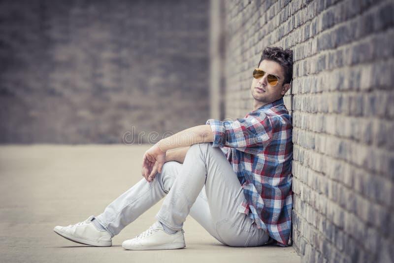 Stående av den stads- moderna stiliga trendiga mannen som poserar medan s fotografering för bildbyråer