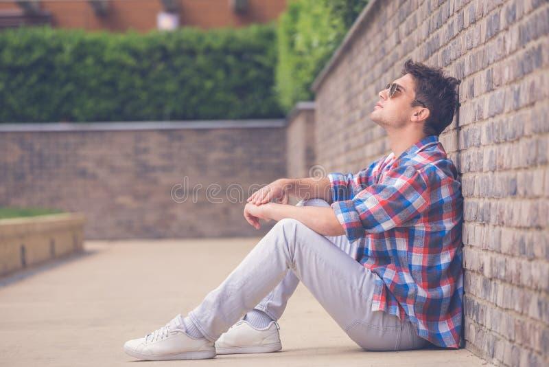 Stående av den stads- moderna stiliga trendiga mannen som poserar medan s arkivfoto