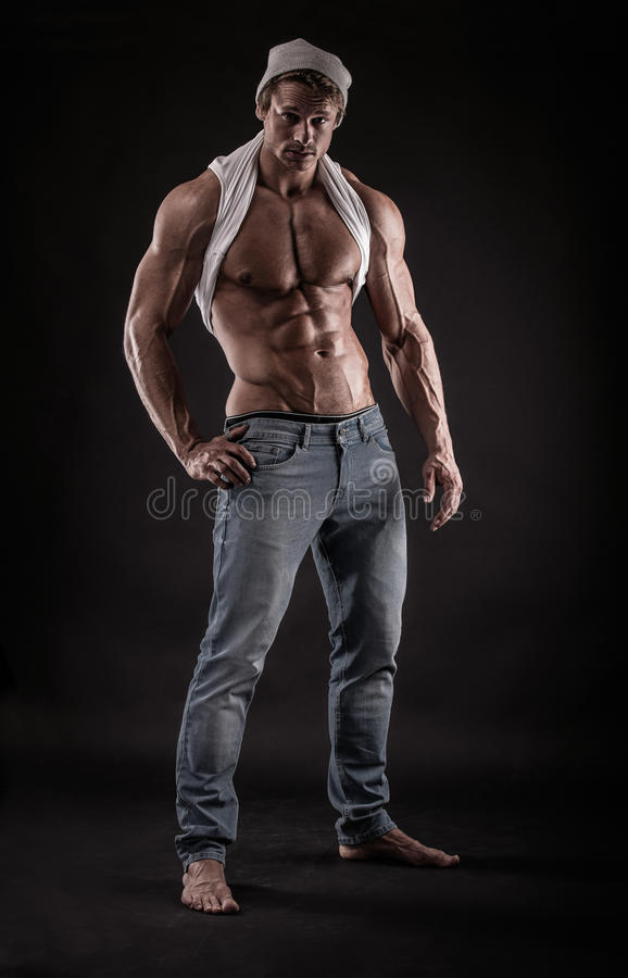 Stående av den starka idrotts- konditionmannen över svart bakgrund royaltyfri bild