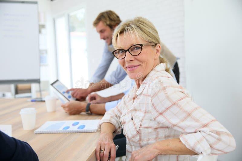 Stående av den stilfulla höga kvinnan i affärsgrupp arkivfoton