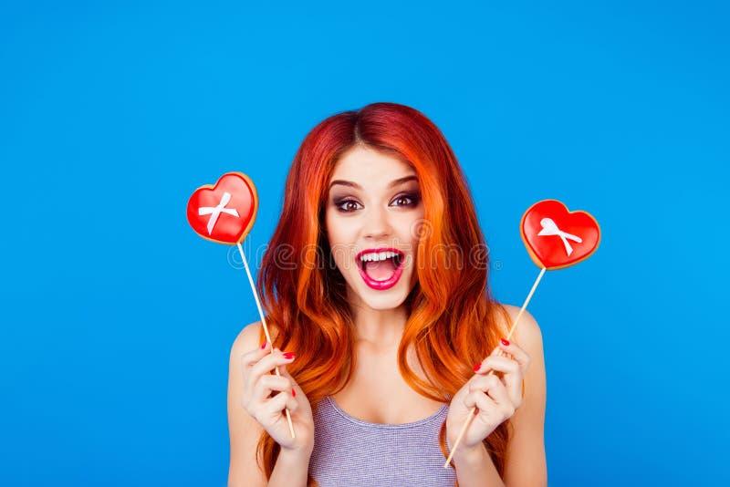 Stående av den stilfulla roliga lyckliga bekymmerslösa flickan med ljust rödbrun hårH royaltyfria bilder