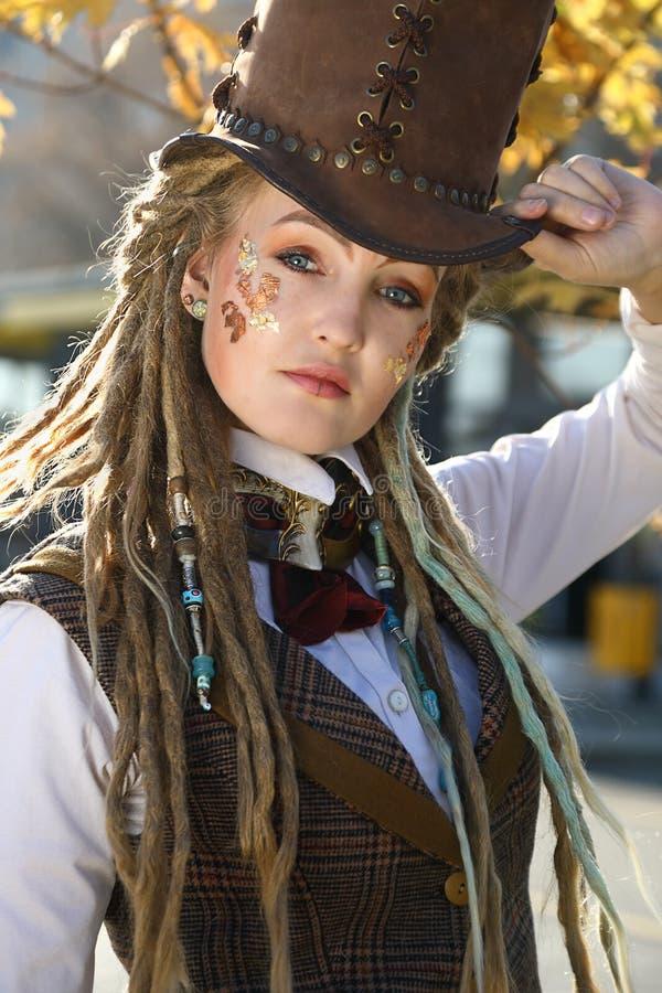 Stående av den stilfulla unga kvinnan med fantasiklänningen royaltyfria bilder