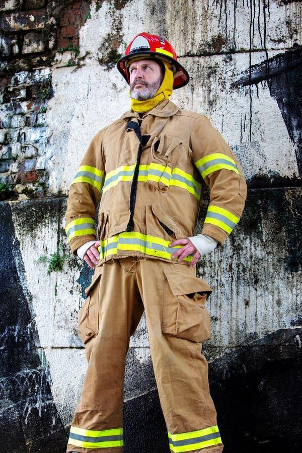Stående av den stiliga brandmannen i likformig fotografering för bildbyråer