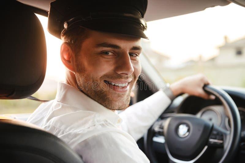Stående av den stiliga caucasian manliga bärande likformign för taxichaufför royaltyfri bild
