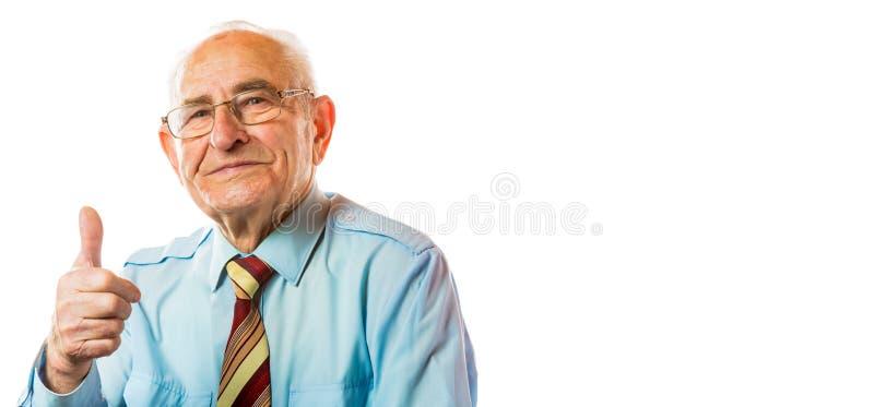 Stående av den stiliga europeiska höga gamla äldre mannen som visar tummar upp gesten och att le som isoleras på vit bakgrund fri arkivbilder