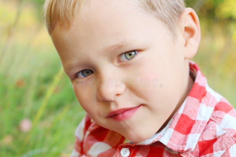 Stående av den stiliga lilla blonda pojken royaltyfri foto