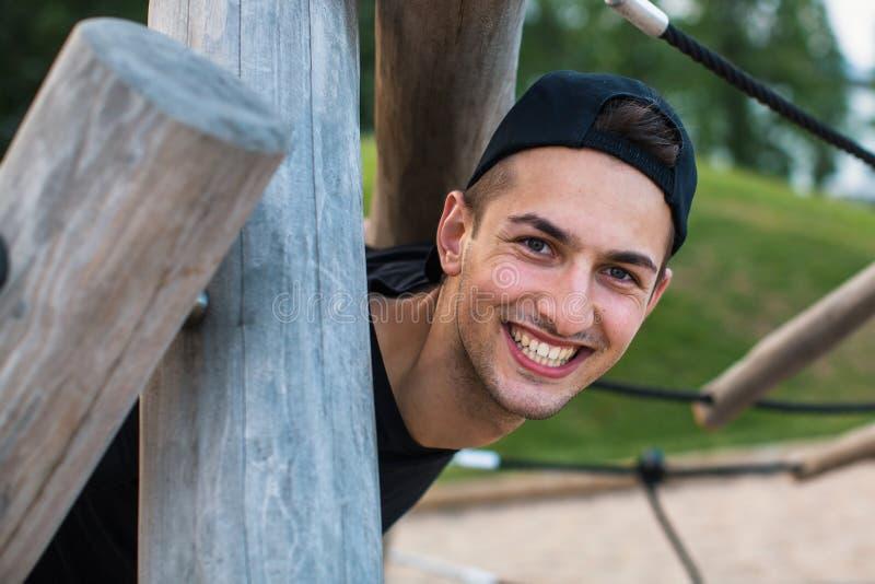 Stående av den stiliga lyckliga unga mannen utomhus fotografering för bildbyråer