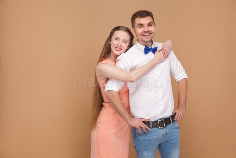 Stående av den stiliga mannen i tillfällig stil och den härliga kvinnan in royaltyfri fotografi