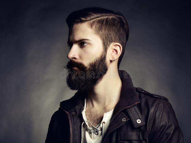 Stående av den stiliga mannen med skägget arkivbild