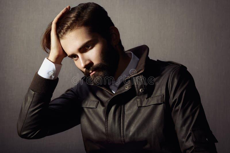 Stående av den stiliga mannen med skägget royaltyfria foton