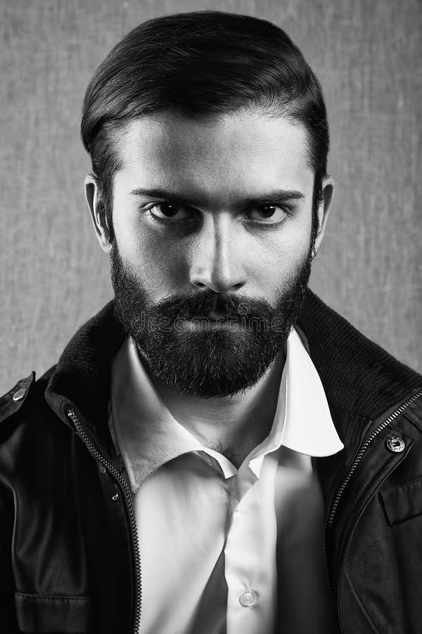 Stående av den stiliga mannen med skägget arkivfoto