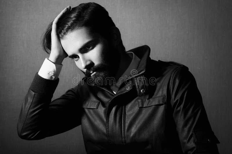 Stående av den stiliga mannen med skägget fotografering för bildbyråer
