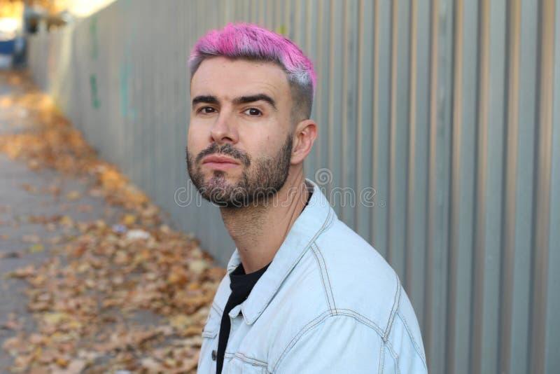 Stående av den stiliga mannen med stilfull frisyr fotografering för bildbyråer
