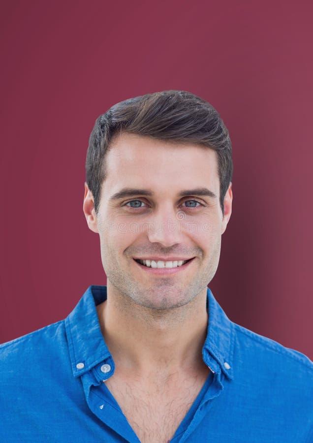 Stående av den stiliga mannen mot rödbrun bakgrund arkivbilder