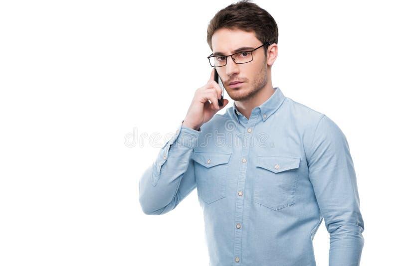 Stående av den stiliga mannen som använder smartphonen arkivfoto