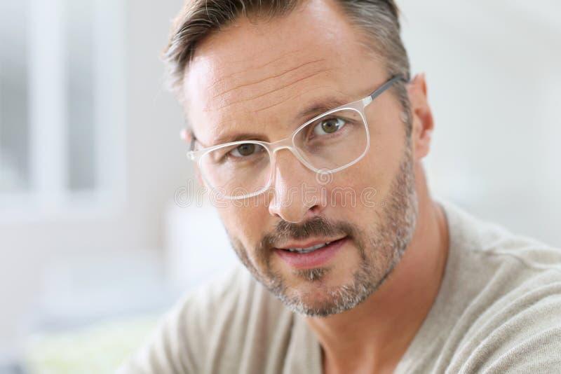 Stående av den stiliga mannen som bär moderiktigt glasögon royaltyfri bild