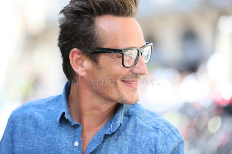 Stående av den stiliga mannen som bär moderiktigt glasögon royaltyfria bilder