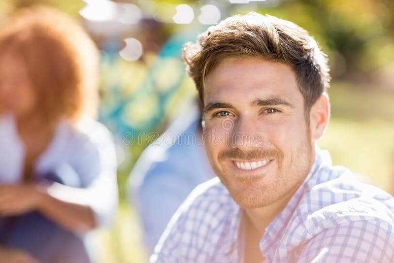 Stående av den stiliga mannen som ler på kameran fotografering för bildbyråer