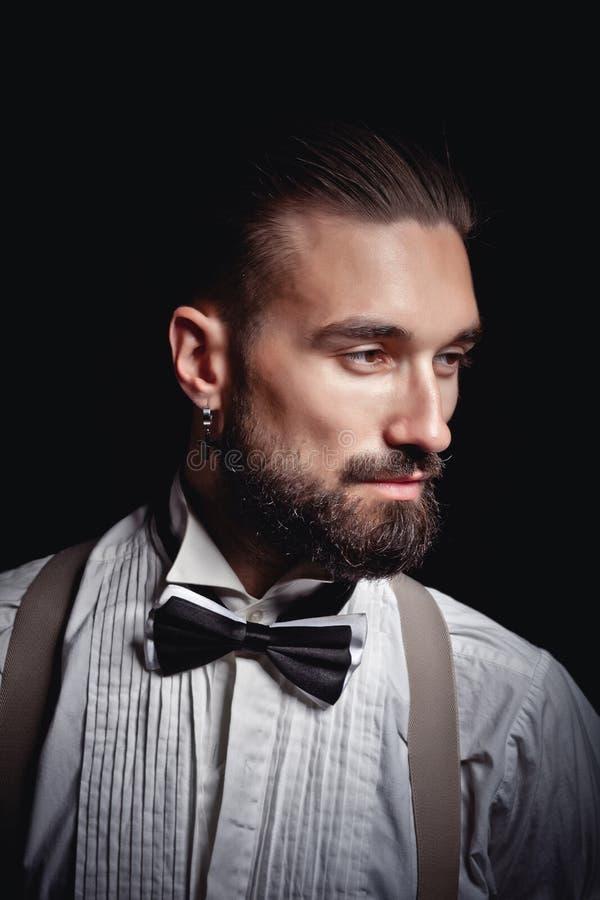 Stående av den stiliga mannen som poserar för fotograf i studio royaltyfria bilder