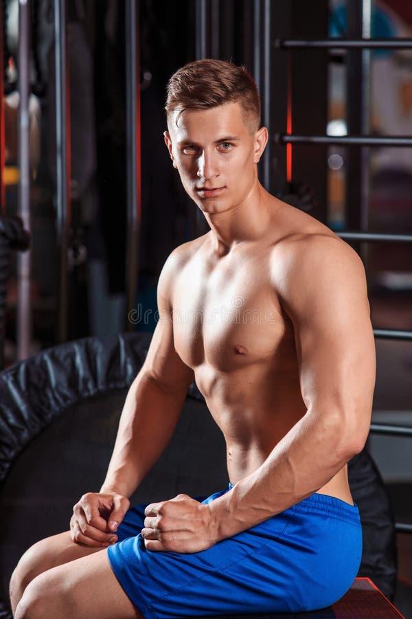 Stående av den stiliga sportive mannen i idrottshall arkivfoto