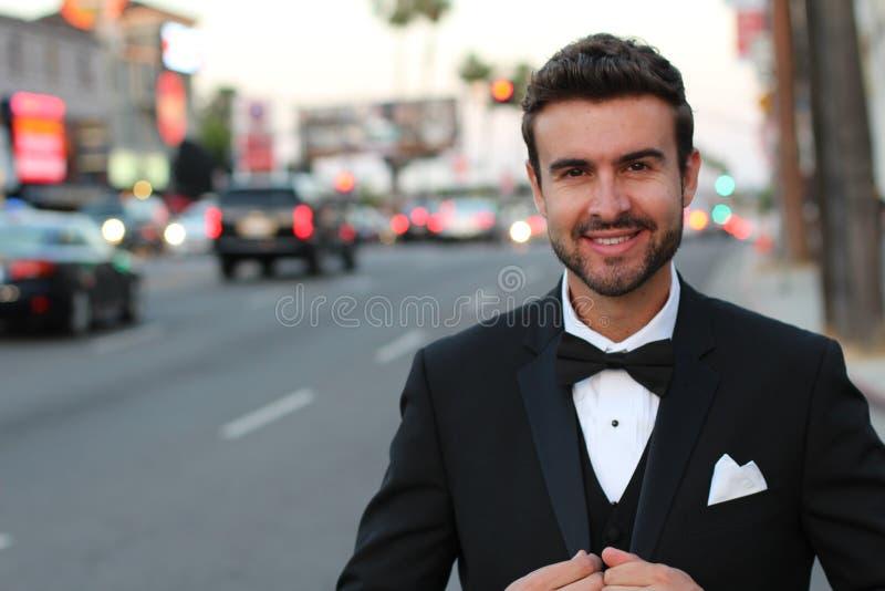 Stående av den stiliga stilfulla mannen i elegant svart dräkt royaltyfria foton