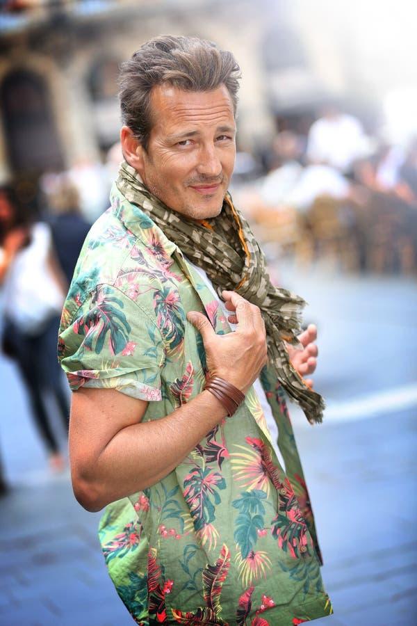 Stående av den stiliga stilfulla mannen med tillbehör i stad fotografering för bildbyråer