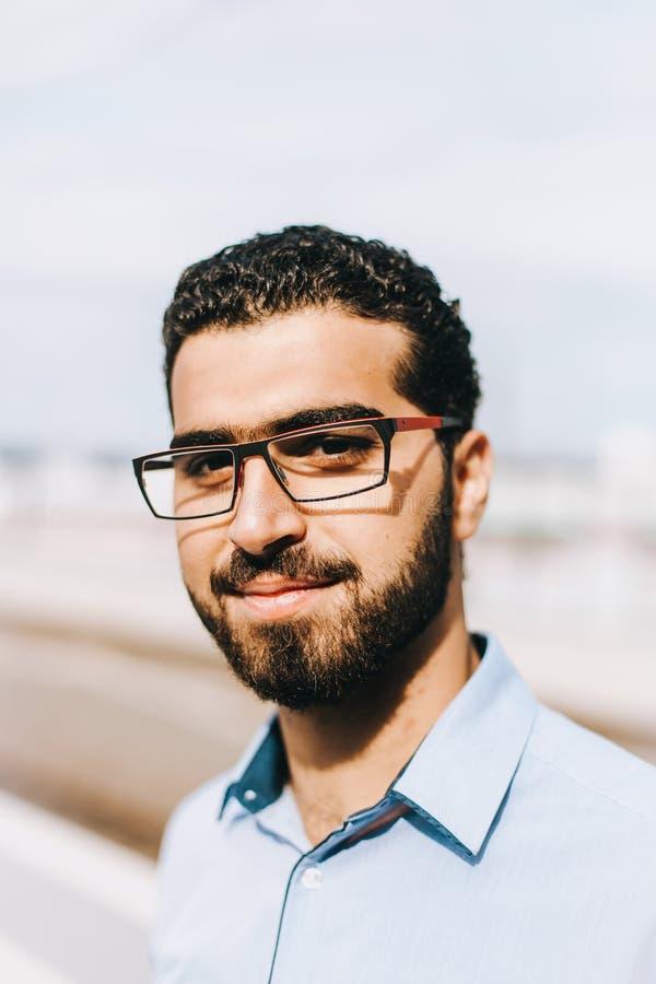 Stående av den stiliga syrianska mannen på drevstationen royaltyfria bilder