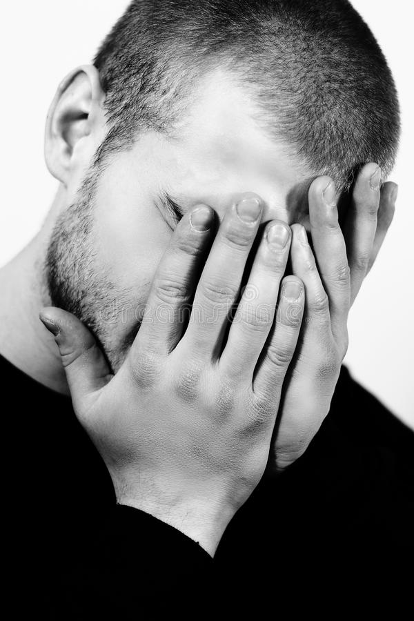 Stående av den stressade unga mannen med händer på en framsida, ensamma, ledsna negativa sinnesrörelser royaltyfria bilder