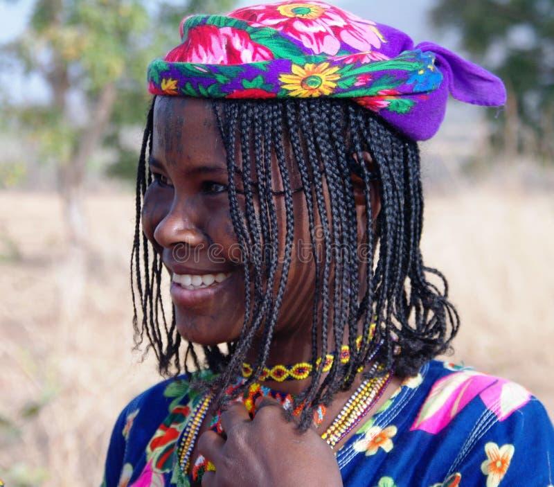 Stående av den tatuerade Mbororo aka Wodaabe stamkvinnan i Poli, Kamerun arkivbild