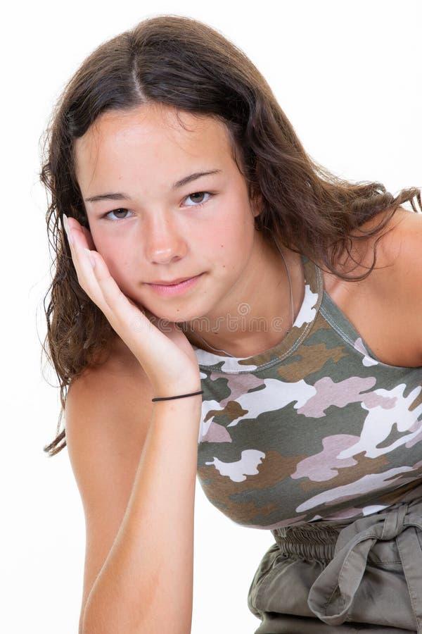Stående av den tillfälliga T-tröja för kamouflage för armé för mode för flicka för tonåring för ung kvinna för skönhet på vit bak royaltyfri foto