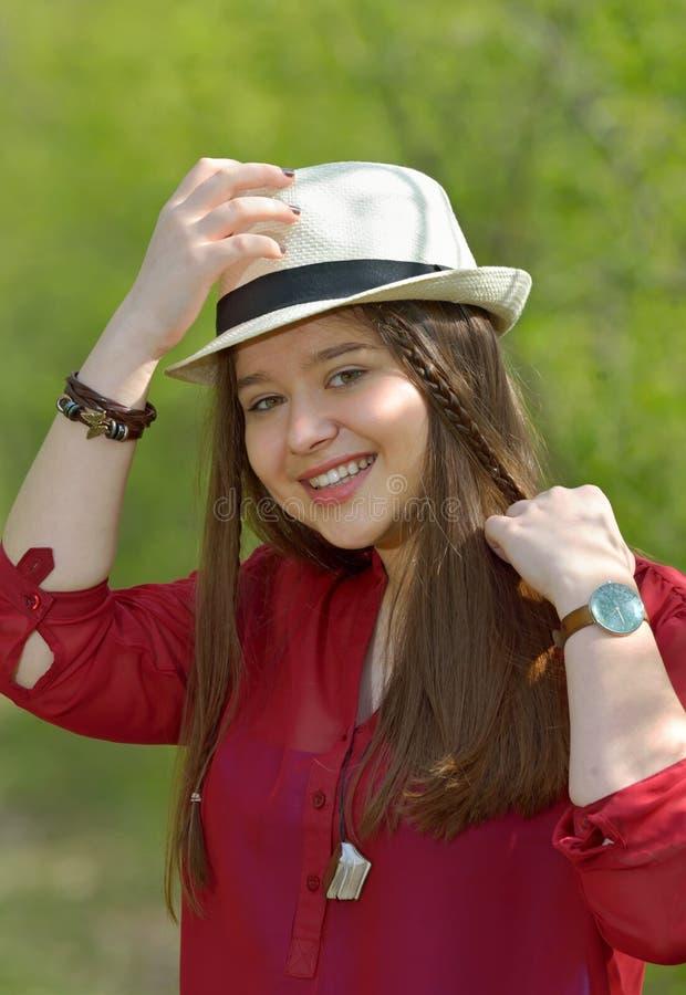 Stående av den tonåriga flickan i skog fotografering för bildbyråer