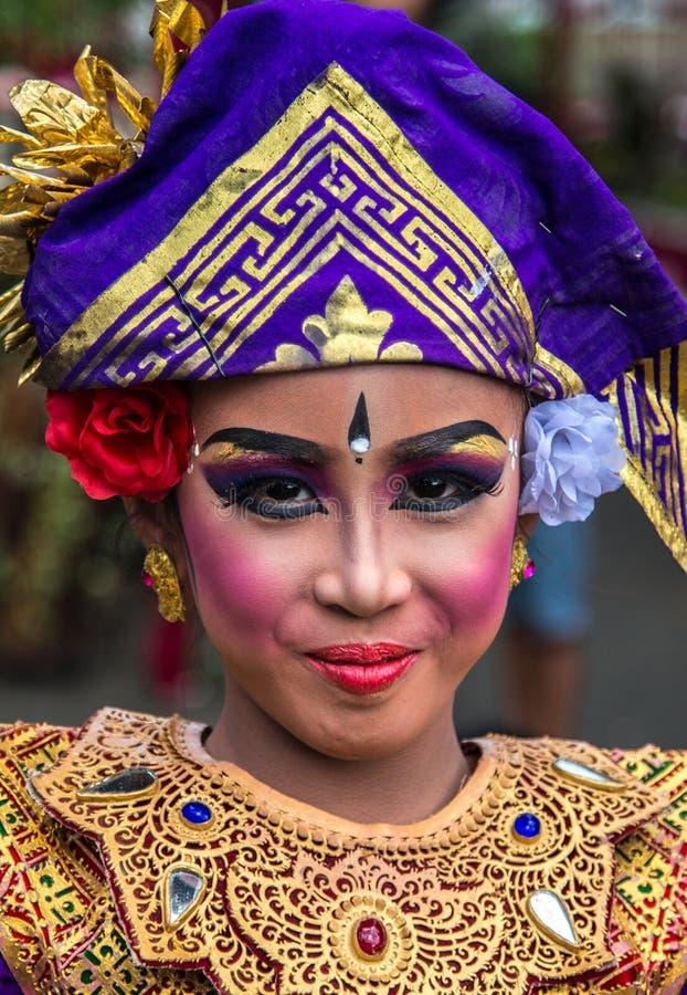 Stående av den traditionella flickan för ung Balinese i tvilling- sjöfestival i Bali, Indonesien Juni 2018 royaltyfria bilder