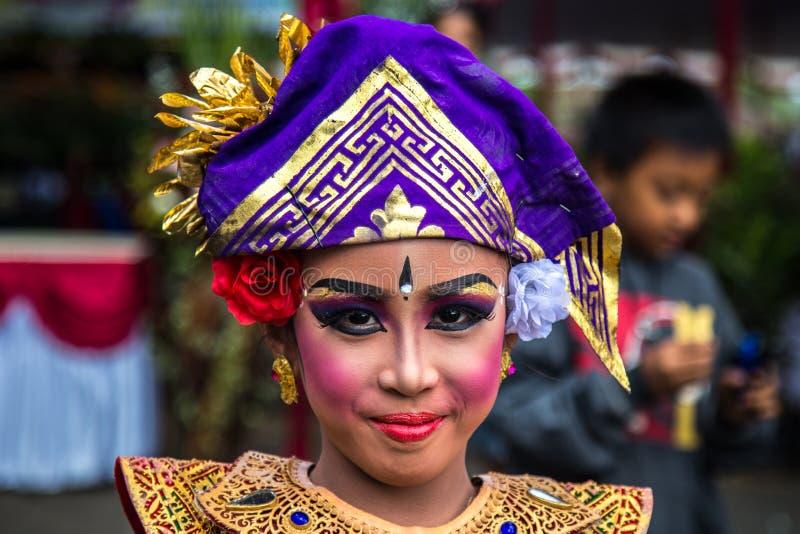 Stående av den traditionella flickan för ung Balinese i tvilling- sjöfestival i Bali, Indonesien Juni 2018 arkivbild
