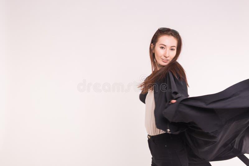 Stående av den trendiga härliga asiatiska flickan i rörelse i svart över vit bakgrund med kopieringsutrymme fotografering för bildbyråer
