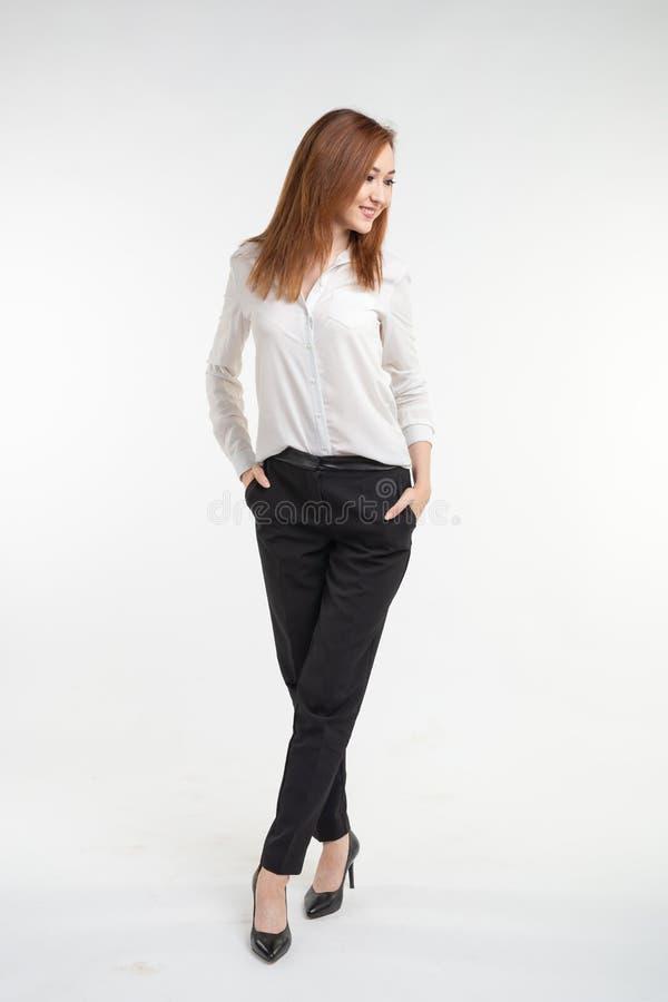 Stående av den trendiga härliga asiatiska kvinnan i elegant kläder över vit bakgrund royaltyfria foton